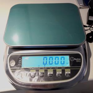 Balanza digital de pequeño tamaño, para pesar variedad de productos. Instalada en Murcia
